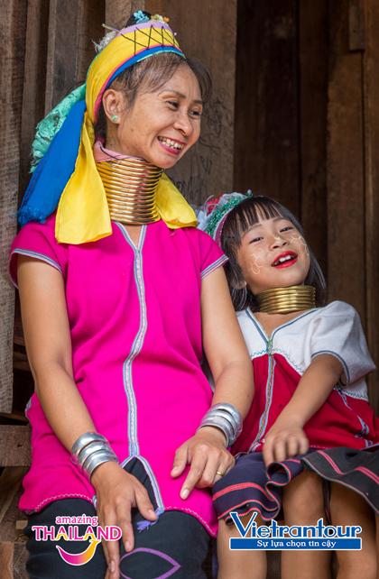 Những người phụ nữ của bộ tộc Karen cổ dài với vô số chiếc vòng đồng đặc trên cổ.