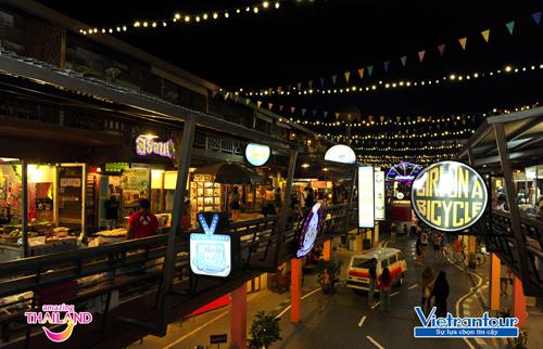 Khu phố mua sắm Plearn Wan  điểm check-in hấp dẫn ở Hua Hin với các tòa nhà bằng gỗ cổ điển gợi nhắc thập niên 50.