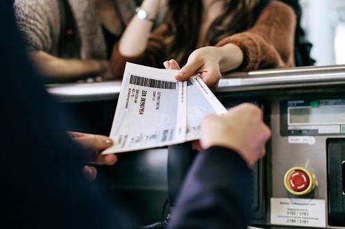 Tiếp viên phát hiện sai sót trên vé máy bay của cô gái. Ảnh:Pinterest.