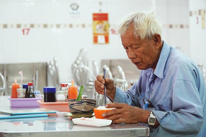 Quán gà ác tiềm thuốc bắc gốc Quảng Đông ba đời ở Sài Gòn