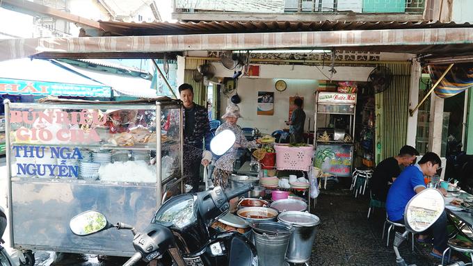 Quán bún riêu 30 năm ở Sài Gòn: bán 500 tô trong 6 tiếng
