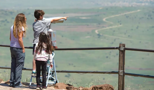 Du khách ngắm cảnh ở cao nguyên Golan. Ảnh:Haaretz.