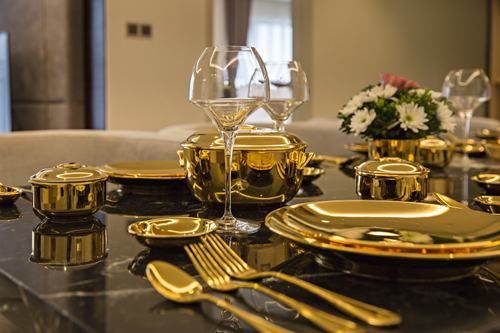Giá này đã bao gồm các loại thuế phí, ăn sáng, ăn tối và khách có thể lựa chọn thưởng thức một trong 3 sản phẩm đặc biệt: cốc bia vàng, cốc cà phê vàng, hoặc kem vàng.