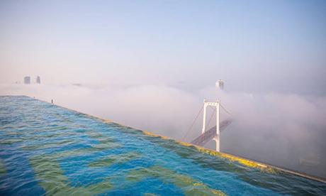 Danang Golden Bay là khách sạn có bể bơi vô cực dát vàng 24k trên tầng 29 của tòa nhà. Bể bơi vô cực dài 68 m và rộng 12 m, được ốp lát bằng những viên gạch dát vàng 24k, đã được tổ chức Liên minh kỷ lục thế giới công nhận là bể bơi vô cực dát vàng 24k cao và lớn nhất thế giới. Bể bơi này do người Việt xây dựng.