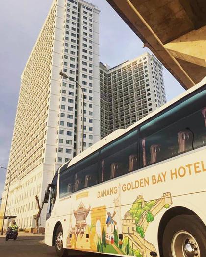 Khách sạn nằm trên đường Lê Văn Duyệt, quận Sơn Trà, cách biển Mỹ Khê 2,5 km. Khách được đưa đón bằng hệ thống xe bus của khách sạn.