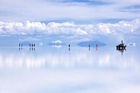 Hồ muối Uyuni - một điểm tham quan nổi tiếng ở Bolivia. Giá tour tới tham quan cánh đồng muối lớn nhất thế giới này mỗi ngày vào khoảng 70-90 USD. Ảnh: Bolivia Travel Site.