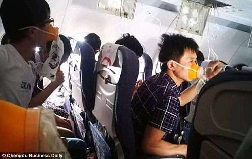 Hành khách đeo mặt nạ oxy khi máy bay hạ cánh khẩn. Ảnh:Chengdu Business Daily.