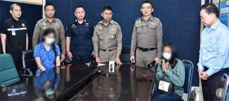 Các nữ tiếp viên đón khách ở sân bay đã phải lên Cục Cảnh Sát Du lịch Thái Lan để giải trình về hành vi của mình. Ảnh: SMCP.