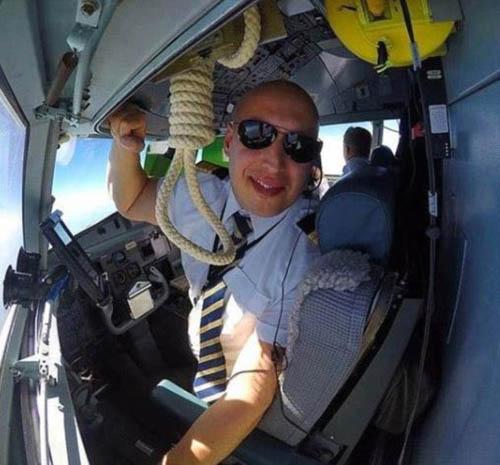Một phi công đã chụp ảnh khi đang làm nhiệm vụ và đăng lên mạng cùng chú thích: treo cổ trong phòng làm việc. Bức ảnh này đã bị nhiều người chỉ trích vì thái độ làm việc vô trách nhiệm của phi công. Ảnh: Autopilot&chill.