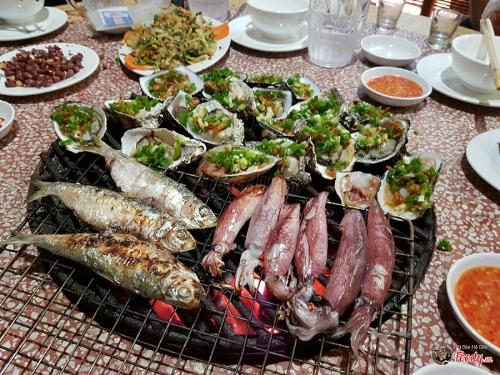 Thưởng thức BBQ hải sản tươi ngon.