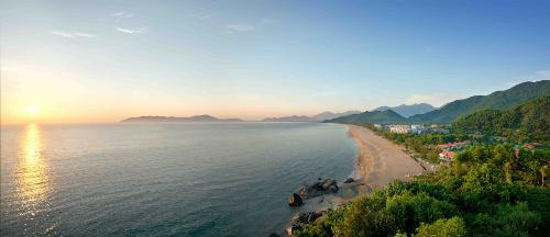 Toàn cảnh khu nghỉ dưỡng golf ven vịnh Lăng Cô, Huế.