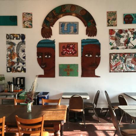 Chủ quán rất thích trang trí không gian bằng những tác phẩm nghệ thuật tranh tường. Ảnh:Instagram.