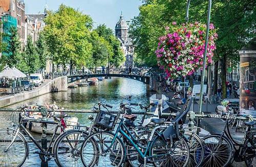 Chính quyền quốc gia đã bắt đầu chuyển hướng quảng bá du lịch sang những địa điểm nổi tiếng khác, như các con kênh dọc thành phố, Nhà Anne Frank, bảo tàng với những tác phẩm giá trị nhất của Van Gogh và Rembrandt. Ảnh: Shutterstock.
