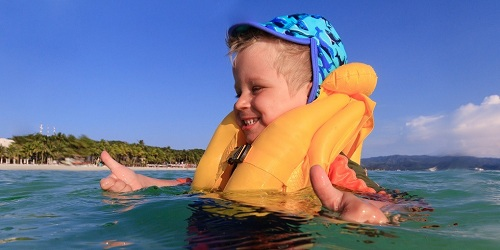 Áo phao vừa vặn sẽ không bị trượt qua đầu ở dưới nước. Ảnh:Mom Loves Best.
