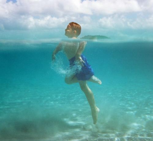 Bơi lội là một trong những kỹ năng cơ bản quan trọng mỗi người cần biết. Ảnh:Pinterest.