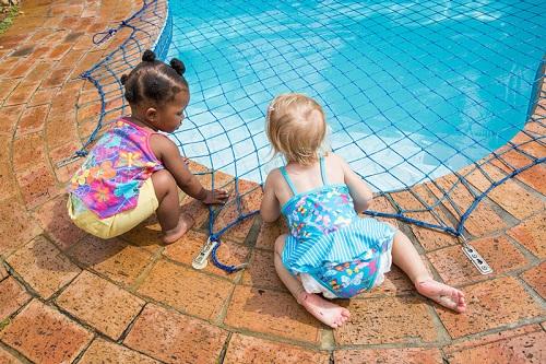 Ngoài hàng rào, bạn có thể lắp đặt hệ thống lưới trên mặt bể hoặc hệ thống báo động có người xuống bể bơi. Ảnh:Aqua-Net.