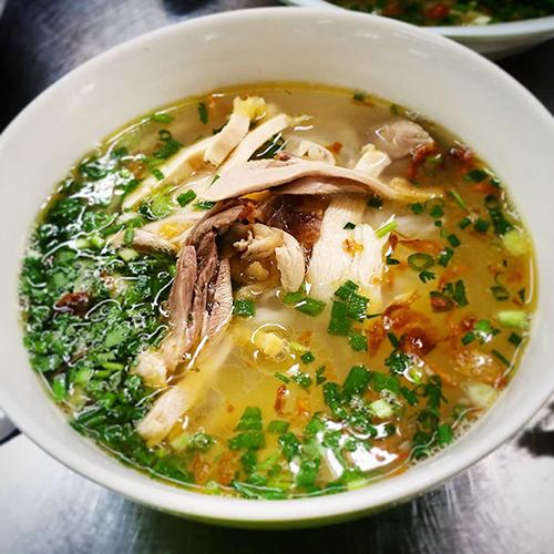 Hiện miến và phở gà là 2 món ăn được nhiều thực khách gọi nhất. Mỗi phần ăn có giá dao động tư 45.000 đồng.