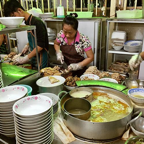 Khách quen trước đây thường gọi là quán bà Một. Thực đơn của quán cũng không có miến hay phở gà nổi tiếng như bây giờ. Giải thích về sự điều chính này, chủ quán cho biết vì nhiều người Bắc vào Sài Gòn từ những năm 80. Gia đình tôi nhận ra phải thay đổi thực đơn, cách nấu lẫn nguyên liệu để món ăn đa dạng hơn, phục vụ được nhiều khách hơn.
