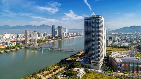 Vinpearl Condotel Riverfront Đà Nẵng tọa lạc tại nút giao Ngô Quyền - cầu sông Hàn, với quy mô 36 tầng nổi, 3 tầng hầm, được xây dựng theo chuẩn mô hình khách sạn căn hộ 5 sao, sở hữu hệ thống dịch vụ phức hợp: phòng nghỉ, nhà hàng, quầy bar, gym, spa, trung tâm thương mại phục vụ mua sắm, tiêu dùng, vui chơi giải trí&Đây là khách sạn thứ 22 của hệ thống Vinpearl trên toàn quốc và là khách sạn thứ 2 của mô hình Condotel 5 sao quốc tế.Tòa nhà có kiến trúc hiện đại, với tầm nhìn panorama 360 độ bao quát toàn cảnh thành phố và cả dải Sông Hàn thơ mộng. Đây là vị trí đắc địa để thưởng ngoạn các sự kiện văn hóa và lễ hội rực rỡ nhất của một thành phố du lịch từ trên cao.