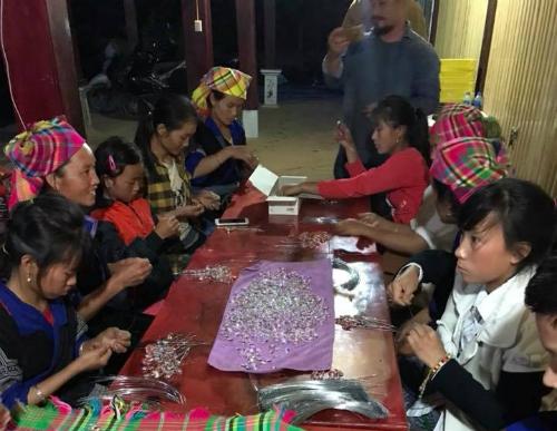 Người dân La Pán Tẩn được mời tham gia vào dự án. Ảnh: Nguyễn Trần Bắc.