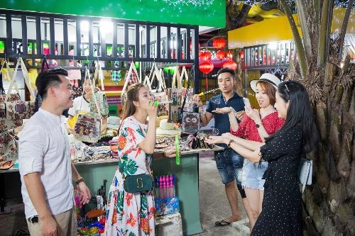 Với nhiều nhóm bạn, các món đồ chơi ngày bé trong khu chợ đêm cũng là một trải nghiệm được trở về tuổi thơ.