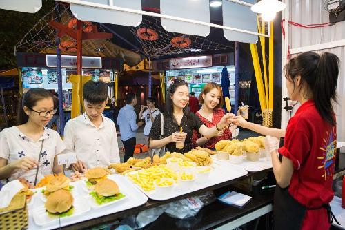 Mỗi mùa tương ứng với những món ăn đặc trưng. Ở khu vực mùa xuân, thực khách trẻ hào hứng khi thưởng thức món Nhật và các món bánh, kem, đồ uống mang màu sắc tươi tắn nhẹ nhàng.