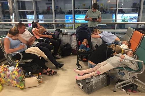 Hành khách qua đêm tại sân bay. Ảnh:74.ru.