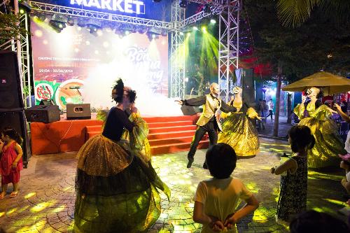 &và những vũ điệu carnaval sôi động từ các nghệ sĩ châu Âu.  Hiếm có nơi nào vừa được ăn ngon, chơi vui và mua sắm, giải trí tưng bừng như thế. Đây là không gian ẩm thực khá lạ, hấp dẫn, đáng đến với du khách khi tới Đà Nẵng, Hà Lan, một du khách từ Huế, chia sẻ.  Sôi động, hấp dẫn là những lý do du khách nên ghé lễ hội ẩm thực Hương sắc bốn mùa khi chọn Đà Nẵng là điểm đến trong mùa hè này.