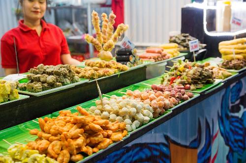 Với các tín đồ món nướng, không gian ẩm thực mùa hè chắc chắn không thể bỏ qua. Những xiên đồ nướng thơm lừng khiến du khách ngỡ mình đang lạc bước trên những con phố ẩm thực của Hong Kong.