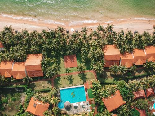 Famiana Resort & Spa Phú Quốc tọa lạc trên diện tích rộng hơn 4 hecta, trải dài 200 m dọc bờ biển Bãi Trường, một trong những bãi biển dài nhất đảo Phú Quốc. Với tiêu chuẩn 4 sao, resort mang đến trải nghiệm dịu mát giữa khu vườn nhiệt đới tươi xanh bên hàng dừa rợp bóng.