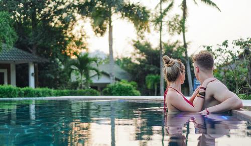 Ngoài bãi biển riêng cát mịn, resort còn sở hữu hai hồ bơi rộng hơn 300 m2 nằm ở hai khu để phục vụ du khách nghỉ dưỡng tại đây.