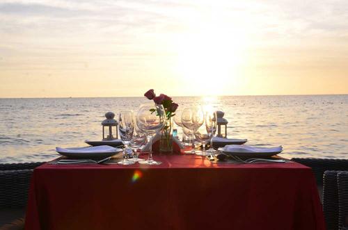 Khu nghỉ dưỡng còn có hai nhà hàng phục vụ buffet sáng đa dạng ẩm thực Á - Âu. Nhà hàng còn là lựa chọn hấp dẫn cho cặp đôi hay gia đình muốn có không gian riêng tư bên bàn ăn được set up tại bãi biển, ngắm hoàng hôn tuyệt đẹp.