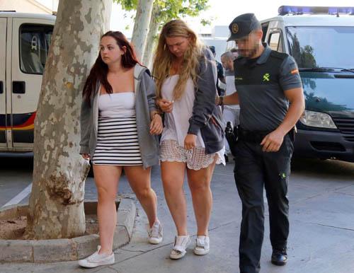 Georgia James, Lauren Smith, cùng 19 tuổi đang bị cảnh sát áp giải tới tòa án sau khi vô tình gây ra vụ hỏa hoạn ở khách sạn. Ảnh: Sun.
