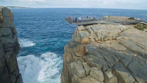 Lực lượng cứu hộ tìm thấy thi thể nạn nhân sau khoảng 1 tiếng 30 phút, với trực thăng và thợ lặn chuyên nghiệp được huy động để rà soát vùng biển. Ảnh:Australia Dept. of Parks and Wildlife.