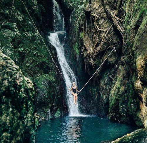 Thác thần tiên, CairnsẨn sâu trong cánh rừng nhiệt đới gần hồ nước Crystal Cascade ở thành phố Cairns, khu vực này được biết đến là một trong những địa điểm check-in đẹp nhất nhưng ít người biết tới của vùng Nhiệt đới Bắc Queensland. Tuy nhiên, để đến được hồ nước cổ tích này, du khách phải vượt qua được những đoạn rừng già rậm rạp cùng hàng loạt những tảng đá lớn.