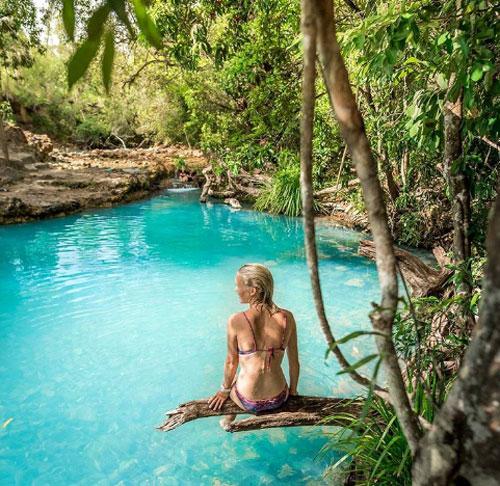 Bể spa Cardwell, Công viên Quốc gia GirringunBể bơi spa đáng kinh ngạc này hoàn toàn do tự nhiên tạo nên. Nằm giữa Townsville và Cairns, hồ bơi Cardwell đã trở thành một điểm đến nổi tiếng tại Vườn quốc gia Girringun cho du khách tận hưởng cảm giác sảng khoái cũng như check-in trên mạng xã hội. Điều đặc biệt là hồ bơi này liên tục thay đổi màu sắc tùy thuộc vào thời tiết và thời gian trong ngày, khi màu nước xanh sáng sẽ chuyển sang màu xanh sữa.