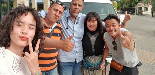 Saru (áo đen) đi cùng 2 người bạn, chụp ảnh với lái xe và hướng dẫn viên địa phương. Ảnh: NVCC