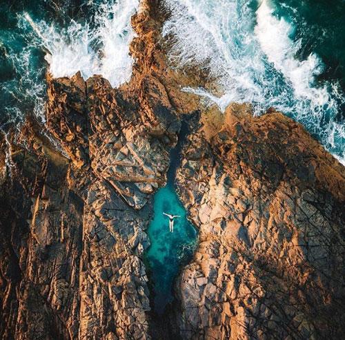 Bể thần tiên, Công viên quốc gia NoosaNhững hồ bơi đầy tinh thể và san hô này là điểm dừng chân tuyệt vời để tận hưởng không khí mát lạnh tại Vườn Quốc gia Noosa. Đến công viên này, du khách có thể đi 15km đường mòn để chiêm ngưỡng hết khung cảnh ven biển không thể nào quên của nơi đây. Nếu không, hãy thử ngâm mình trong bể bơi thiên nhiên ngay sát bờ biển để xua đi hơi nóng oi ả của mùa hè.