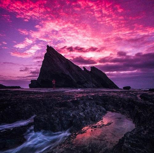 Bờ biển Currumbin, Gold CoastĐây là một điểm đến yêu thích của người dân Gold Coast. Cấu tạo đá kì diệu của bờ biển trong đó có Hòn Voi biến nơi đây trở thành địa điểm mơ ước của giới nhiếp ảnh để chụp cảnh bình minh. Vào thời điểm đó, ánh sáng mặt trời vẽ lên trên bầu trời một bức tranh không thể nào quên.