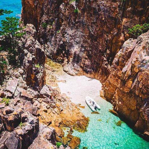 Vịnh Ngọc Xanh, đảo HaymanHầu hết du khách đến với Quần đảo Whitsunday đều sẽ đi thẳng tới bãi biển Whitehaven với bờ cát trắng khó quên; nhưng nếu bạn muốn khám phá một nơi ít người biết, hãy tìm đến Vịnh Ngọc Xanh (Blue Pearl Bay) ở phía tây bắc Đảo Hayman. Đây là vùng đất lý tưởng dành cho những hoạt động trong ngày như lặn với ống thở, tắm biển và tham quan cảnh quan hùng vĩ của biển và núi.