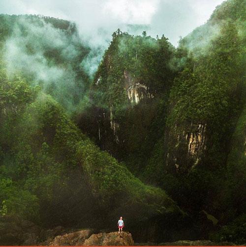 Vườn quốc gia Tully GorgeCảnh quan ngoạn mục của những hẻm núi và hang động chỉ là một phần nhỏ trong vẻ đẹp của Công viên quốc gia Tully Gorge. Là một trong những khu di sản nhiệt đới ẩm thế giới, Tully Gorge bộc lộ hết vẻ đẹp trong mùa mưa với dòng sông Tully chảy cuồn cuộn. Thực vật nhiệt đới trong vùng cũng do đó mà sinh sôi nảy nở tạo nên cảnh sắc kì vĩ.