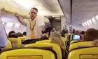 Nam tiếp viên khiến hành khách phấn khích vì điệu nhảy sexy