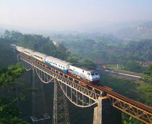 Argo Gede - IndonesiaArgo-Gede chạy từ Jakarta đến Bandung ở Indonesia, là một trong 10 tuyến đường sắt nguy hiểm nhất thế giới do Wonderlist bình chọn. Có hai lý do để Argo Gede nằm trong danh sách này: nằm ở độ cao chót vót 61 m so với mặt đất và không có rào chắn hai bên. Năm 2002, một tai nạn đã xảy ra khi một con tàu đi qua đây bị chệch bánh. Dù không ai bị thương trong sự cố này, tuyến đường sắt vẫn bị đóng cửa sau đó.