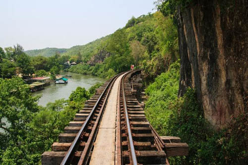 Death Railway, Thái LanĐường sắt Tử Thần, nằm ở tình Kanchanburi, giáp với Myanmar. Sở dĩ đường ray này có tên là Tử thần vì trong thời thế chiến thứ hai, hàng trăm tù nhân là binh lính Anh và Mỹ đã chết khi xây dựng tuyến đường sắt này. Tuy nhiên ngày nay, bất chấp cái tên đáng sợ của mình, đây vẫn là tuyến đường ray được nhiều du khách yêu thích nhất, nhờ cảnh đẹp dọc bên đường.
