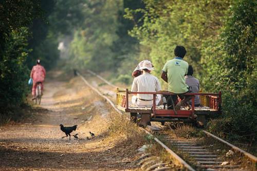 2. Bamboo Trains, CampuchiaCác tuyến tàu hỏa ở Campuchia từng được người Pháp xây dựng, nhưng sau đó bị chế độ Khmer đỏ tàn phá nặng nề. Người dân địa phương sau đó đã tìm cách khôi phục lại các tuyến đường này bằng các tạo ra các toa tàu làm từ che và các vật liệu thủ công khác để đi lại trên các thanh ray. Trước đây, phương tiện đi lại này bị đánh giá lả rất nguy hiểm và có thể di chuyển với vận tốc 40km/h, nhưng hiện nay, người dân đã gia cố lại các toa tàu tre kia để được an toàn hơn. Khách du lịch khi tới Campuchia cũng rất thích đi thử trên các tuyến đường có tàu hỏa làm bằng tre này.