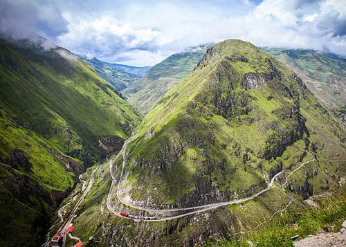 Devils Nose Train, EcuadorNariz Del Diablo (nghĩa là Mũi Ác Quỷ) luôn được miêu tả là một trong những tuyến đường sắt đáng sợ nhất thế giới. Nhiều du khách lần đầu ngồi tàu và đi qua tuyến đường này đều sợ hãi vìNariz Del Diablo đi qua núi Andes ở độ cao 2.170 m. Nếu muốn cảm giác mạnh hơn, bạn có thể thuê một chiếc ô tô và lái dọc sườn núi để tận hưởng cảm giác chiếc xe có thể lật nhào xuống vực bất kỳ lúc nào.