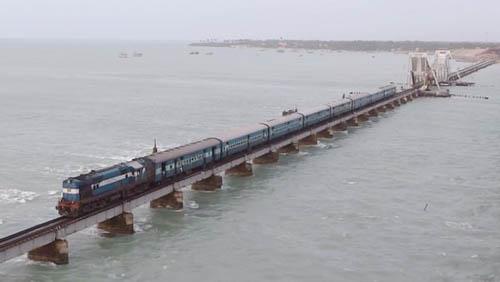 Chennai-Rameswaram, Ấn ĐộTuyến đường sắt được xây dựng từ năm 1914, kết nối miền nam Ấn Độ với đảo Rameswaram. Dù chỉ dài 2 km, nhưng do vị trí của tuyến đường: chạy dọc theo một cây cầu băng qua biển, sát mặt nước. Cây cầu sát với mặt nước đến mức hành khách ngồi trên tàu không thể nhìn thấy cầu, thay vào đó là mặt biển thăm thẳm. Nhiều du khách cho biết, họ có cảm giác như đang đi trên mặt biển vậy. Đó là một cảm giác rất ấn tượng, thú vị nhưng cũng rất thót tim vì sợ.