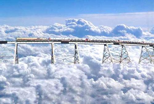 Tren a las Nubes, ArgentinaMất 27 năm xây dựng và nằm trên địa hình núi đá vô cùng nguy hiểm, đi theo đường zigzag, nhưng Tren a las Nubes (Chuyến tàu trên những đám mây) thực sự là trải nghiệm khó quên với bất kỳ hành khách nào. Tuyến đường này đi qua 14 cây cầu, 21 đường hầm và tại một điểm, nó còn nằm ở độ cao vượt qua cả những đám mây.