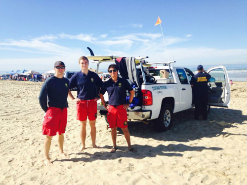 Với nhân viên cứu hộ bãi biển ở California, được khoác trên mình chiếc quần short đồng phục màu đỏ và đeo huy hiệu là một niềm tự hào. Ảnh: Cslea.