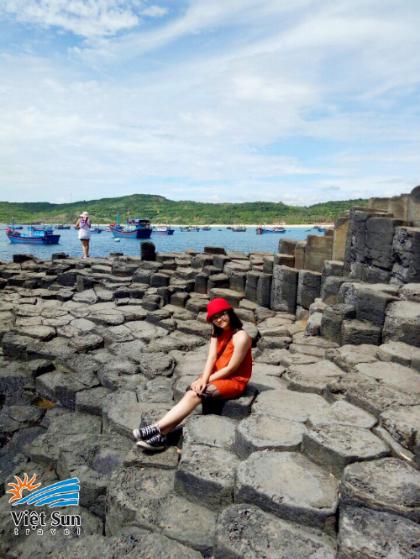 Những khối đá hình chiếc dĩa đều đặn xếp san sát nhau. Ảnh: Viet Sun Travel.